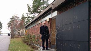 Munkkiniemen munamuseon sisäänkäynnin edessä seisoo museon pitkäaikainen hoitaja, tutkija Torsten Stjernberg.