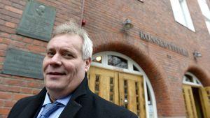 SDP:n puheenjohtaja, valtiovarainministeri Antti Rinne saapumassa SDP:n puoluevaltuuston kokoukseen Kotkan Konserttitaloon lauantaina.