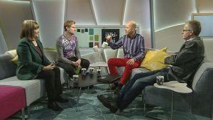 neljä ihmistä istuu studion sohvilla