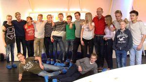 Leppävaaran koulun nuoria studiossa.