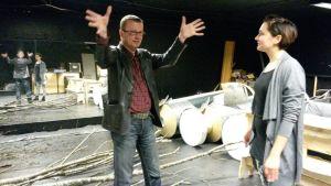 Teatteri Imatran johtaja Timo Rissanen esittelee toimittaja Iida Rauhalammille tulevan lastenteatterin sijoittumista ay-talon tiloihin.
