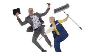 Mies ja nainen leijuvat valkoista taustaa vasten hyvässä yrittäjänosteessa. Miehellä on kädessään tabletti ja älykännykkä, naisella siivousvälineet.