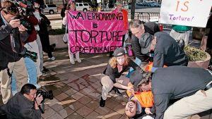 Ihmisoikeusjärjestö demonstroi vesikidutuksen vaikutuksia vapaaehtoiseen koehenkilöön Washingtonissa.
