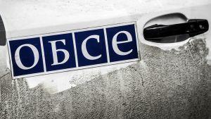 OSCE-tarra auton ovessa Ukrainassa.