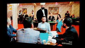 Valeimaami vierailee TV-sarjassa myös paikoissa, joissa oikeita imaameja ei taatusti tavata - kuvassa hän on käymässä kasinolla.