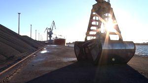 Rautapellettiä ja laiva Kokkolan satamassa.