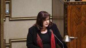 Lakivaliokunnan puheenjohtaja, kokoomuksen kansanedustaja Anne Holmlund eduskunnan täysistunnossa Helsingissä torstaina.