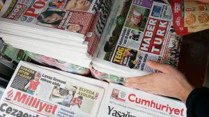 Turkkilaisia lehtiä torstaiaamuna istanbulilaisella lehtikioskilla. Alakulmassa Cumhuriyet-lehti, joka ilmoitti ensimmäisenä kieltäytyvänsä julkaisukiellon noudattamisesta.