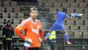 HJK:n Macoumba Kandji hyppää ilmaan tuulettaessaan.