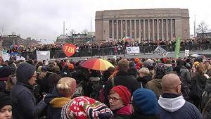Sukupuolineutraalin avioliittolain kannattajat kerääntyvät ennen eduskunnan äänestystä 28. marraskuuta Kansalaistorille.