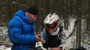 Ismo Hämäläinen mittaa laktaatin Jesse Viljakaiselta ajoharjoituksen jälkeen.
