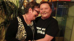 Birgit Penttistä ja Leila Hottia nauratti vielä naurujoogatunnin jälkeenkin