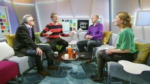 neljä ihmistä istuu studiossa
