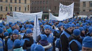 Poliiseja osoittamassa mieltä Senaatintorilla.