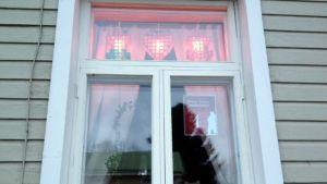 Wanhassa Raahessa joka päivä yksi ikkuna koristellaan joulutunnelmaan.