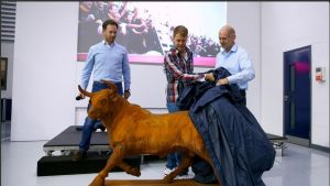 Red Bull -talli antoi Sebastian Vettelille läksiäislahjaksi muun muassa patsaan härästä. Talli kertoi Twitter-tilillään, että olisi halunnut antaa oikean härän, mutta tämän täytyy nyt kelvata.