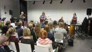 Pepe Ahlqvist veti työpajan bluesista ja rytmimusiikista Kemin Syväkankaan koulun oppilaille.
