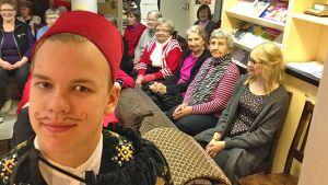 Sotkamolainen Heikki Koskiniemi esitti Tenetin koulun joulunäytelmässä sheikkiä.