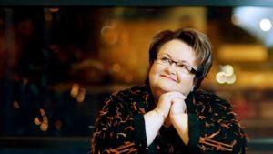 Kirjailija Aino Suhola kuvassa, oikeudet kuvaan kirjailijalla itsellään.