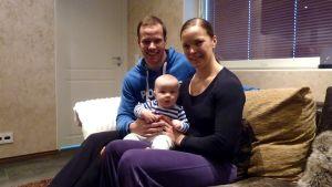 Tero Pitkämäki, Niina Kelo ja vauva Jimi perhekuvassa