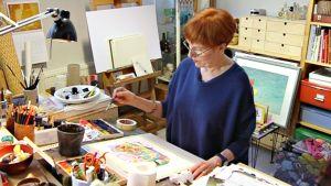 Kristiina Louhi maalaamassa.
