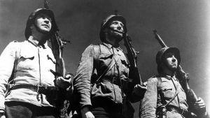 Pentti Siimes, Åke Lindman ja Kaarlo Halttunen elokuvassa Tuntematon sotilas.