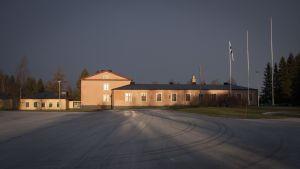 Siniristileijonakielekelippu lasketaan salosta Linnatalon edustalla uudenvuodenaattona puoliltapäivin.