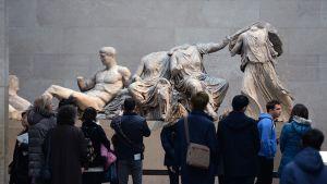 Elginin marmoreiksi kutsutut Parthenonin patsaat näytillä British Museumissa.