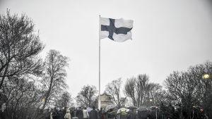 Itsenäisyyspäivän vietto alkoi kello yhdeksältä valtakunnallisella lipunnostolla Tähtitorninmäellä Helsingissä.
