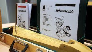 Toinen Joensuun pääkirjaston kirjastokanteleista soitto-oppaineen.