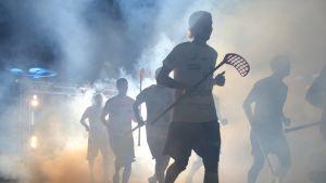 Suomen maajoukkue juoksee kentälle Latviaa vastaan.