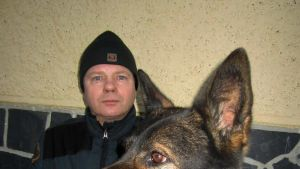 Ylirajavartija Arvo Moilanen ja saksanpaimenkoira Ara on suorittanut erittäin ansioituneesti tehtävän ihmisen pelastuksessa.