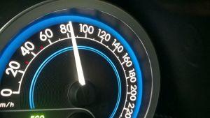 Kuvassa auton nopeusmittarin neula näyttää 80kilometriä tunnissa.