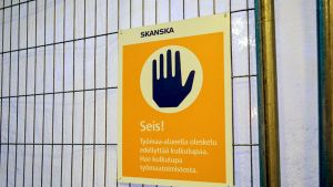 Pressutetussa kulkuesteessä on Skanskan kyltti, jossa kielletään työmaa-alueella oleskelu ilman kulkulupaa.