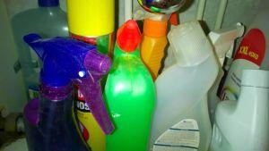 Vanhat pesuainejäämät tulisi viedä jäteasemalle, ei hävittää viemäriin tai sekajätteisiin.