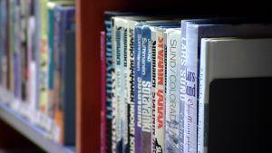 Kirjoja Joutsan kirjastossa.