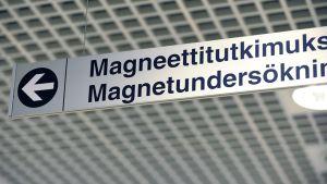 Opastekyltti magneettitukimukseen.
