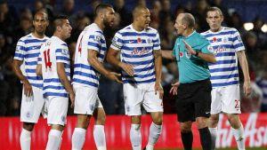 QPR-pelaajat protestoivat erotuomari Mike Deanille.