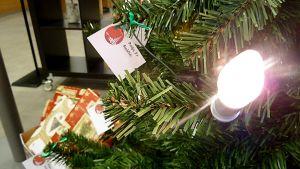 Joulukuusi ja lahjapaketteja