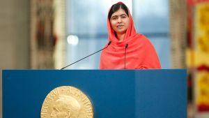 Pakistanilainen Malala Yousafzai pitämässä puhetta Nobelin rauhanpalkinnon jakojuhlassa.