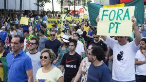 Mielenosoittajia Brasiliassa.