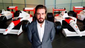 McLarenin Fernando Alonso poseeraa tallin autojen edessä.