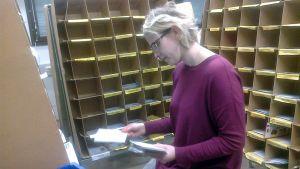 Nainen lajittelee joulukortteja