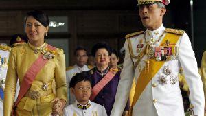 Kruununprinssi Maha Vajiralongkorn ja prinsessa Srirasm poikansa prinssi Dipangkorn Rasmijotin kanssa joulukuussa 2011.