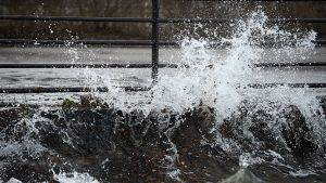 Kovan tuulen nostattamia aaltoja Helsingissä 13. joulukuuta 2013.