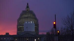 Yhdysvaltain kongressitalon kupoli  iltahämärässä Washington DC:ssä  11. joulukuuta.