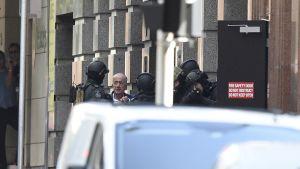 Poliisi puhuttaa panttivankia.