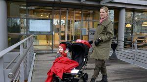 Caroline Holmqvist otti lakon takia tyttärensä Irisin työpaikalleen Brysselissä 15. joulukuuta.