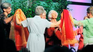 Nunnat tanssivat Leadership Conference of Women Religious -järjestön konfrenssissa Missourin St. Louisissa elokuussa 2012.