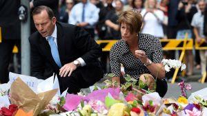 Australian pääministeri Tony Abbott ja hänen vaimonsa Margie laskivat kukkatervehdyksensä pankkivankidraamassa menehtyneiden muistolle.